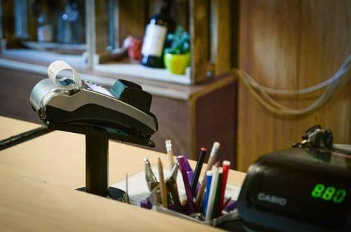 Platební terminály pořizuje stále větší procento obchodníků