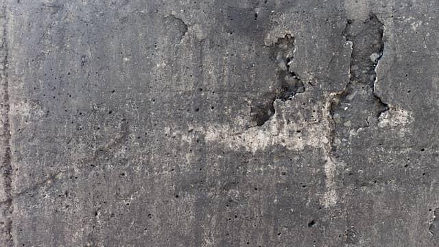 Škrábání zdí je při malování skutečně zapotřebí